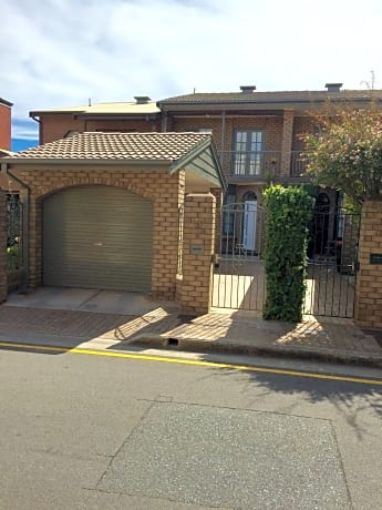 Luxury Townhouse In Chic North Adelaide