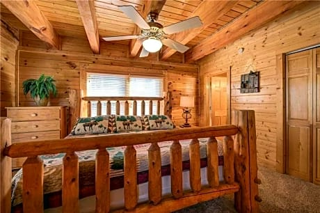 Sleepy Bear Lodge 7 Bedroom Home with Hot Tub